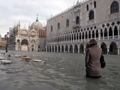 Venedik, Italya'da deniz seviyesi yükselişi ile meydana gelen tarihi su taşkını (2008)